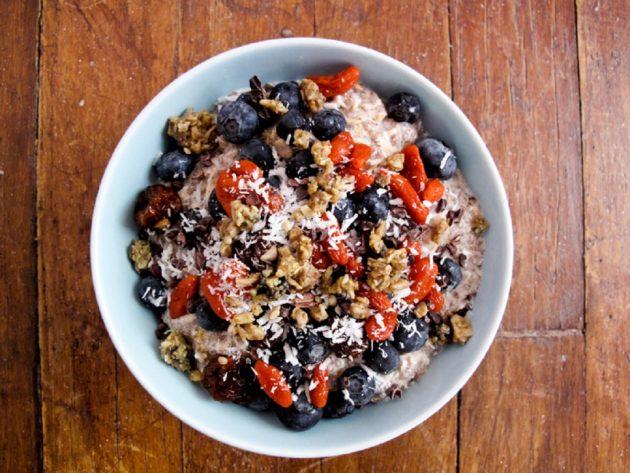 Полезный завтрак - йогурт с ягодами и семенами